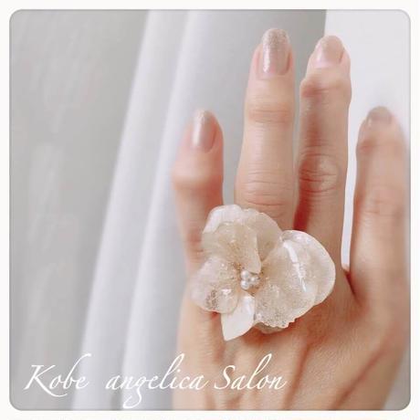 人気の紫陽花 優雅なリング ミルクベージュのプリザーブドフラワー 本物のお花を加工、40代コーデ・50代コーデ/お誕生日・ご褒美に