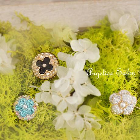大人可愛いホワイト4つ星 お花デザイン スワロフスキー ホワイトオパール、クリアのピンブローチ/入学式・卒業式にも