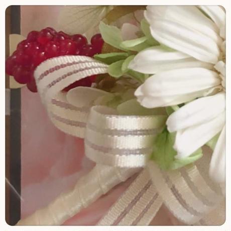 ガーベラとバラのコサージュ:春を装う プリザーブドフラワー、赤いベリー/卒園式・結婚式/紫陽花/シンプル