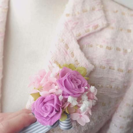 プリザーブドフラワー パープルピンクのバラ、ピンクアジサイ、かすみ草のナチュラル 春のコサージュ。卒業式、入学式、ホワイトデー、お誕生日に