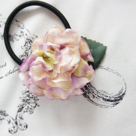 ピンクパープルの小さなあじさいの髪ゴム/おとなかわいいヘアゴム・あじさいの花びらがふんわり幸せな気持ちになる