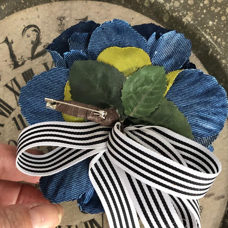 デニム・バラのフラワーコサージュ ブローチ おしゃれなママコーデ、母の日に、お誕生日の贈り物に。ストライプリボンで爽やか