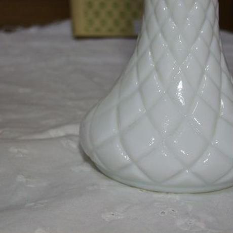 ミルクガラスベース(花瓶) b-127