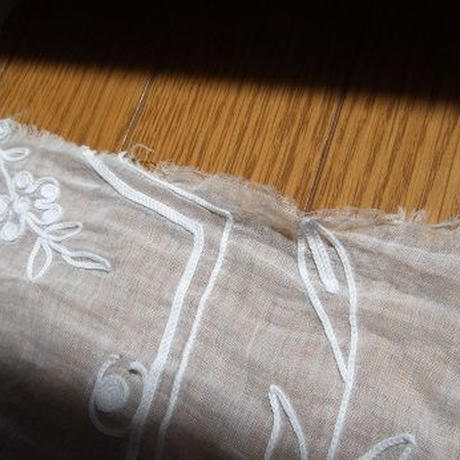 フランスのアンティーク刺繍カーテン生地ハギレ f-816