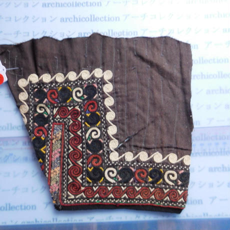 STORES ウズベク族 渦巻き刺繍布NO.7 26X23 CM ウズベキスタン 中央アジア 民族衣装 手仕事 袖 はぎれ