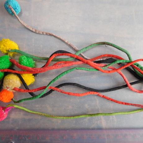 アジア民族衣装 はぎれ リス族ボンボンno.28  30センチ紐 10本セット 刺繍布 山岳民族 タイ 手芸材料 古布 手縫い紐 奇跡