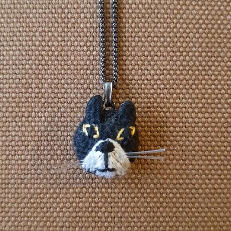 刺繍ネコネックレス