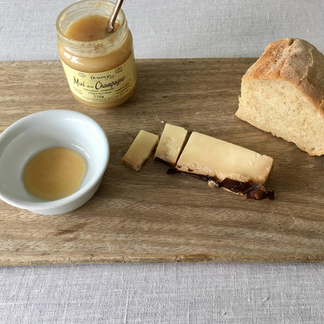 CUSIE IN FOGLIE DI CASTAGNO 栗の葉包みのチーズ