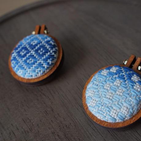 【歩 ayumi】草木染めブローチ 藍染め うろこ模様