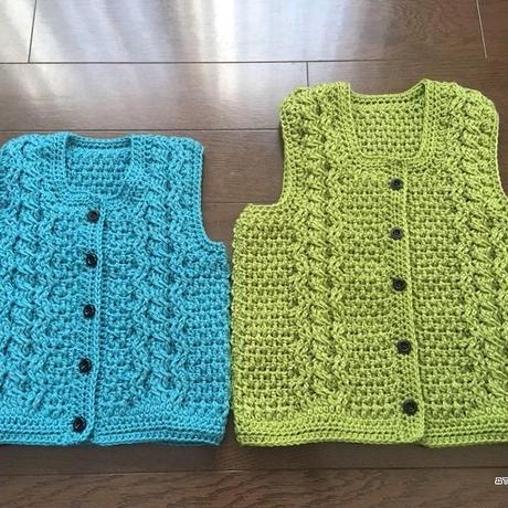 かぎ針編みで編むアラン模様のベスト(子供)