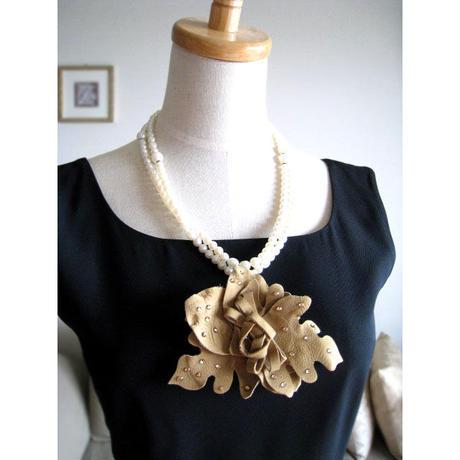 革製お花コサージュ付きパールロングネックレスn-1501