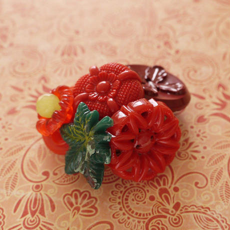 赤いボタンのブローチo-2001