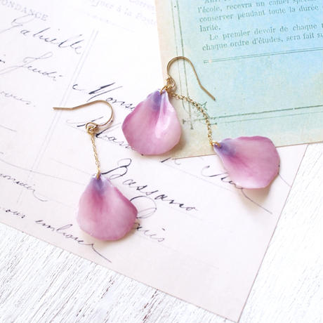 Lavender Color Petals Earrings / Asymmetric [Pierced or Clip-on]