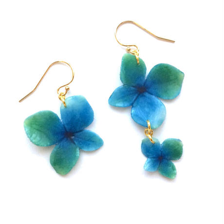 Blue-green Hydrangea Earrings / Asymmetric [Pierced or Clip on]