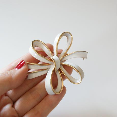 TRIFARIクラウントリファリ  ホワイト エナメル リボン ブローチ / ヴィンテージ・コスチュームジュエリー
