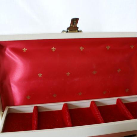 ヴィンテージ アイボリー フルール・ド・リス  百合の紋章 レッドサテン ジュエリーボックス/ヴィンテージ・ アンティーク雑貨