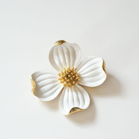 TRIFARIクラウントリファリ ハナミズキ ホワイト エナメル ブローチ / ヴィンテージ・コスチュームジュエリー