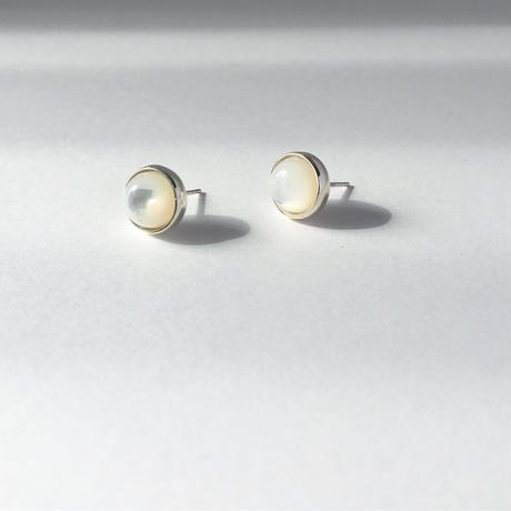 Orb earring in mother of pearl