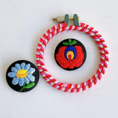 ハンガリー刺しゅう ブローチキット バラとマーガレットサークル  刺しゅう枠つき