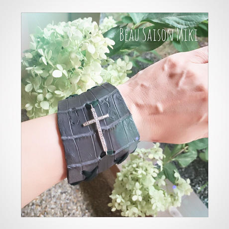Bracelet of crocodile leather with cross ornament black