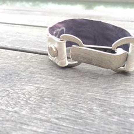 Bracelet using white pearl processing crocodile leather