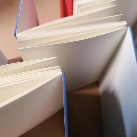 紙束『ZIGZAGBOOK』(手製本じゃばらノート)サックスブルーのクロス表紙 *ミニサイズの紙束ふりかけ(1個)付き