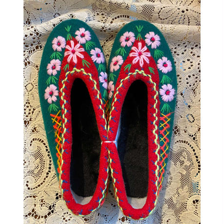 Embroidered room shoes -D