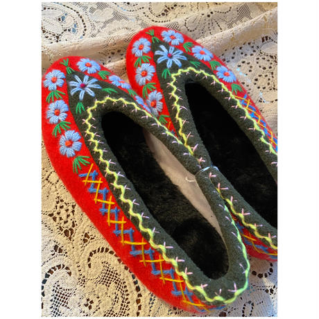 Embroidered room shoes -B