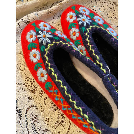Embroidered room shoes -H