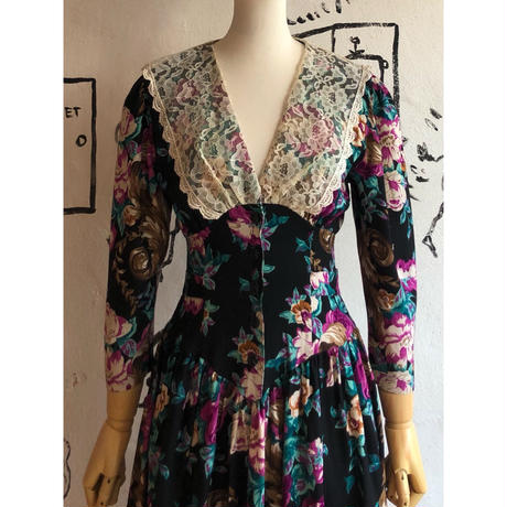 lady's lace collar floral pattern one-piece