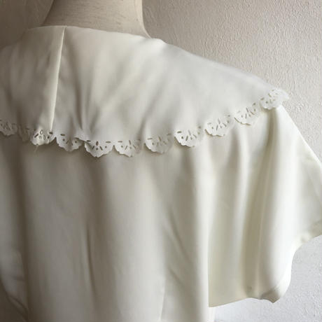 lady's scallop lace  big collar white blouse with flower broach