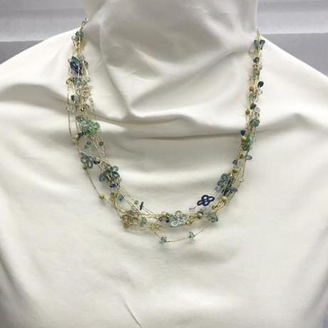 ラメ糸と小さな花飾りネックレス 【ブルー × グリーン】