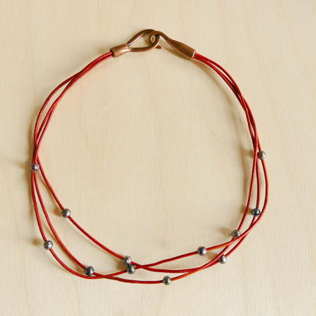 オレンジ革紐と淡水パールの3連ネックレス