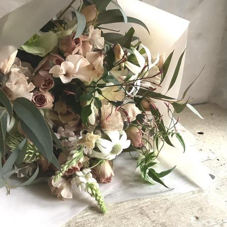お届け日指定あり:季節のお花・おまかせブーケR (本州地域・期間限定 9月11日〜30日着の配達指定でお受付け致します。)