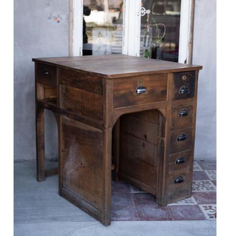 フランス・メリスリーの作業机