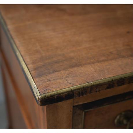 真鍮フレームのアンティークチェスト