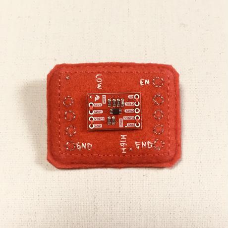 刺繍する犬 / 基板ブローチ 赤 パーツ付き   小