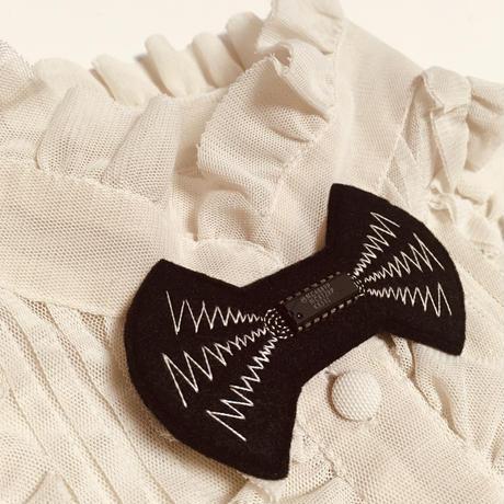 刺繍する犬 / 電波ブローチ Microchip付き