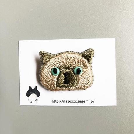 目ヂカラたぬきネコ|ブローチ / なぞ
