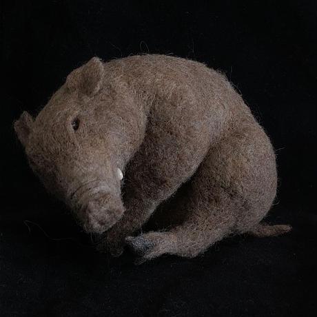座るイノシシ 羊毛フェルト/ のそ子