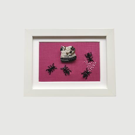 額ブち「妨害」 おそうじネコのブローチ + 蟻食事中の額/吉丸睦 Mutsumi Yoshimaru