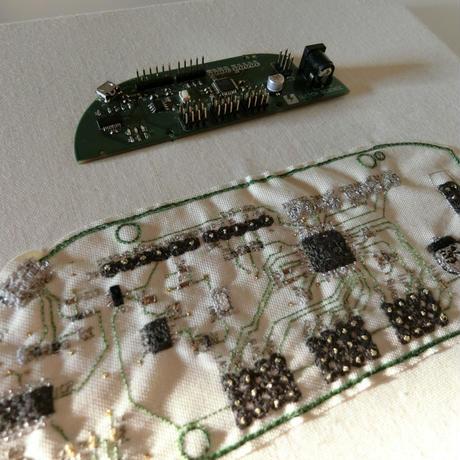 基板刺繍 EYE-LED Switchscience/ 刺繍する犬