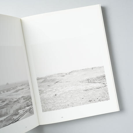 THE LAND IN-BETWEEN / Ursula Schulz-Dornburg(ウルスラ・シュルツ=ドルンブルク)