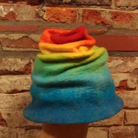 フェルトの帽子(くしゃくしゃレインボー)
