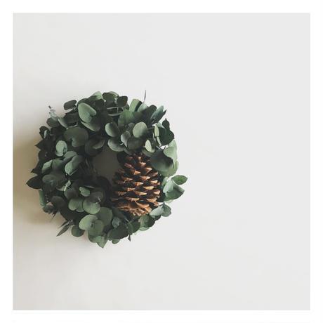 大きな松ぼっくりとユーカリのクリスマスリース
