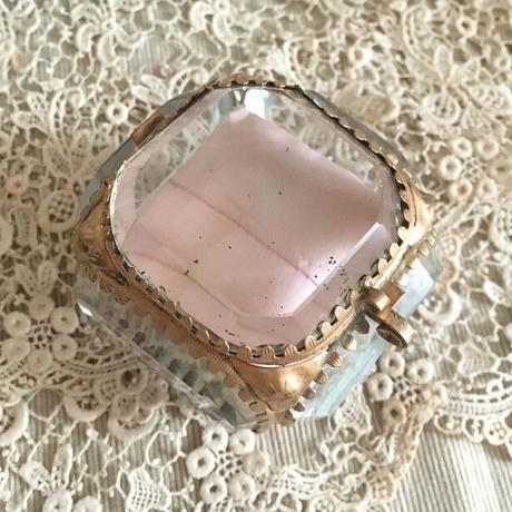 ピンクのクッションのガラスのジュエリーボックス