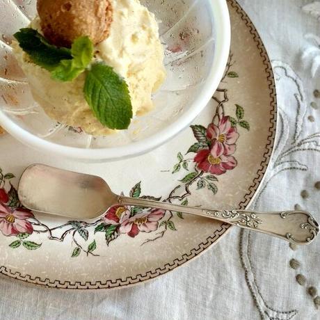 小花モチーフのアイスクリーム用スプーン