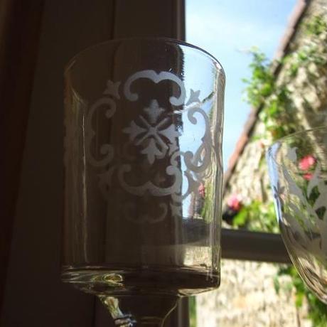 四つ葉のようなモチーフのグラス
