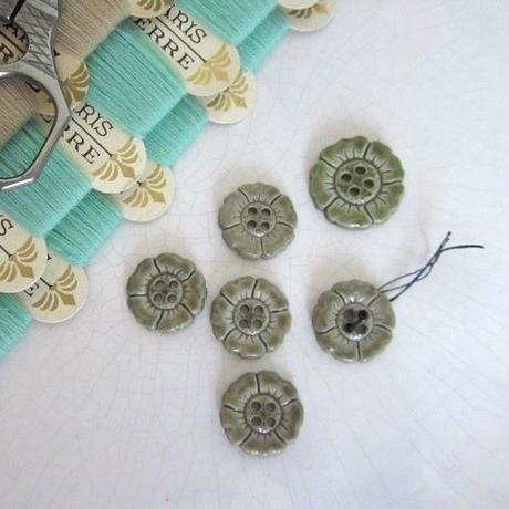 お花の形のボタン モスグリーン(中)5個