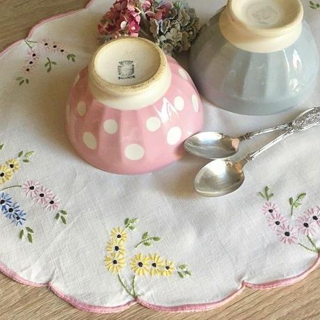 パステルカラーのお花の刺繍のオーバル形ドイリー